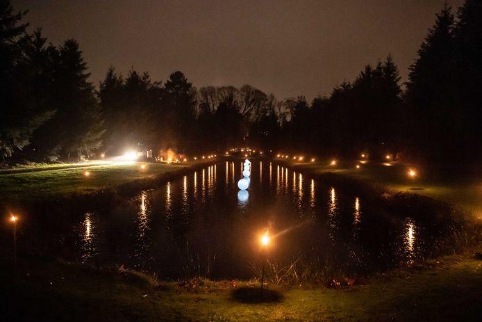 Ook Twenterand wil lichtjesavonden op begraafplaatsen. Sommige omliggende plaatsen zoals Almelo hebben die al. Op de foto begraafplaats 't Groenedael in Almelo.