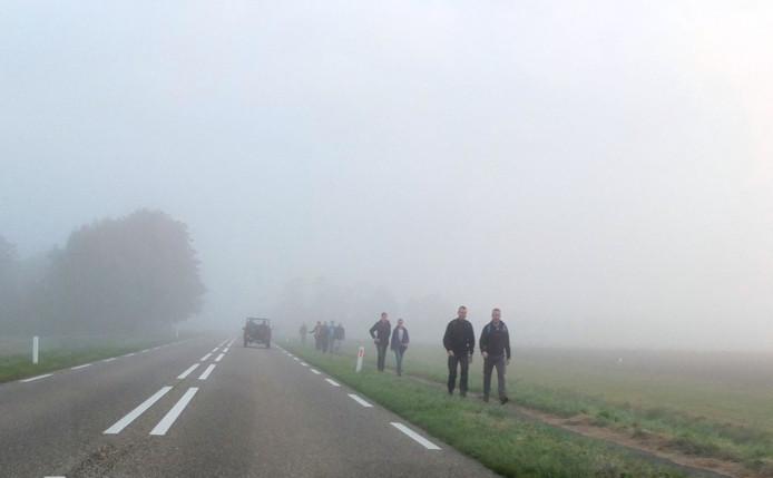 Een van de deelnemers aan de Mallard-Mars. De eersten vertrokken al vroeg en liepen door de mist en nevel van Nieuwdorp in de richting van Arnemuiden.