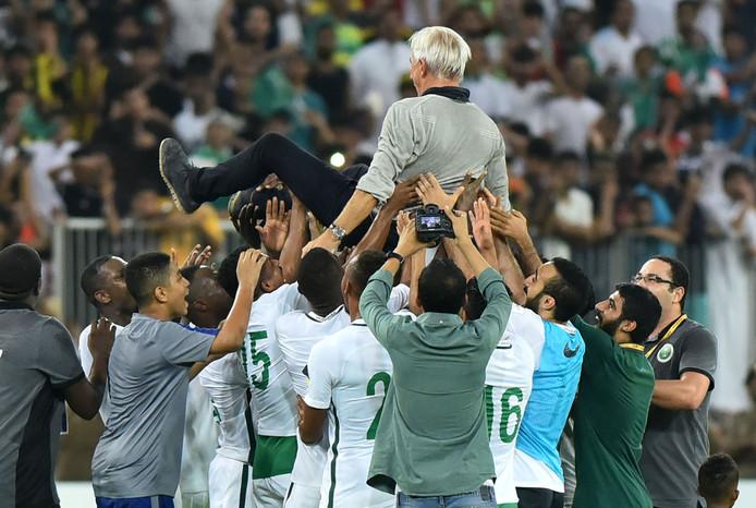 Bert van Marwijk gaat op de schouders bij zijn spelers na de plaatsing voor het WK 2018 op 5 september 2017. Tien dagen later werd hij vervangen voor Edgardo Bauza.