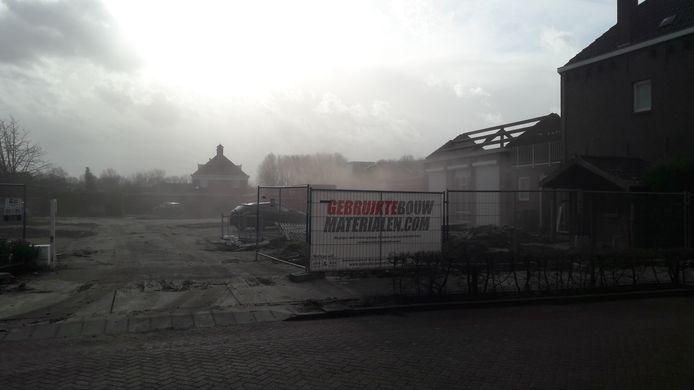 Als je niet oppast krijg je gruis in je ogen bij de sloop van panden aan de Pastoor van Erpstraat in Schijndel. Hier komen 39 nieuwe woningen.