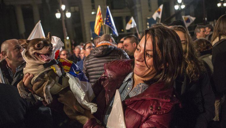 Spaans feestje In Barcelona doet de pro-Spaanse partij Ciudadanos een poging tot vrolijkheid. Beeld getty