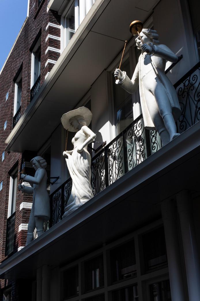 17 augustus stonden we voor Anjeliersstraat 82, waar ooit de loods was van de familie Perlee. De draaiorgelpoppen in de nieuwbouwgevel zijn een eerbetoon aan de bekendste Amsterdamse draaiorgelfamilie. Winnaar is Nico Basjes.