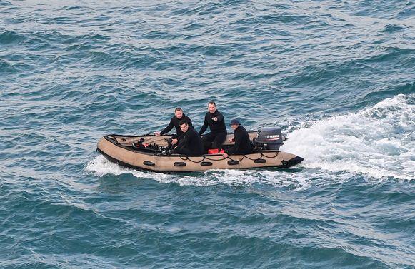Politie houdt een zoekactie in het water.