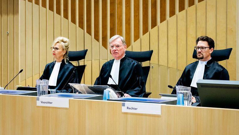 De rechters bij de start van de inhoudelijke behandeling van de strafzaak tegen de agenten die betrokken waren bij de dood van Mitch Henriquez. Beeld null