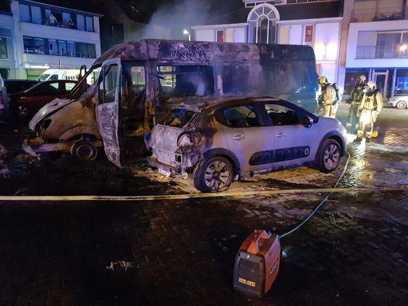 De bestelwagen vatte vuur en de vlammen sloegen over op twee andere wagens.
