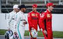 Sebastian Vettel (midden) in gesprek met Valtteri Bottas en Lewis Hamilton. Rechts Charles Leclerc.