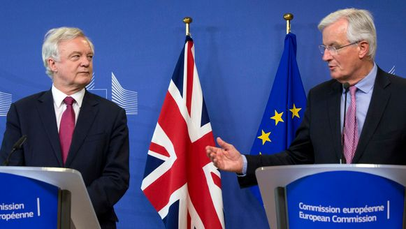 Michel Barnier (r.) samen met de Britse brexitminister David Davis in Brussel bij de start van de onderhandelingen in juni.