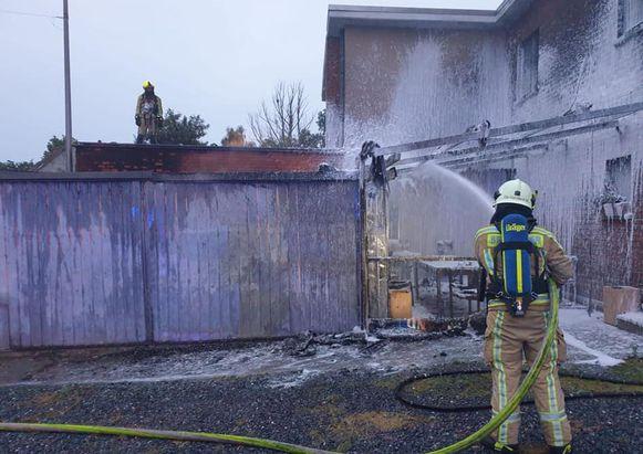 De achterbouw van café 't Sas werd door de vlammen vernield.