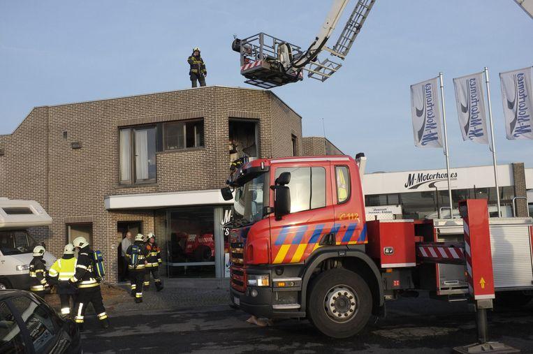 De brandweer controleert het dak.