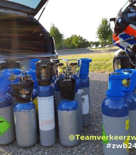 Automobilist betrapt met tientallen flessen lachgas