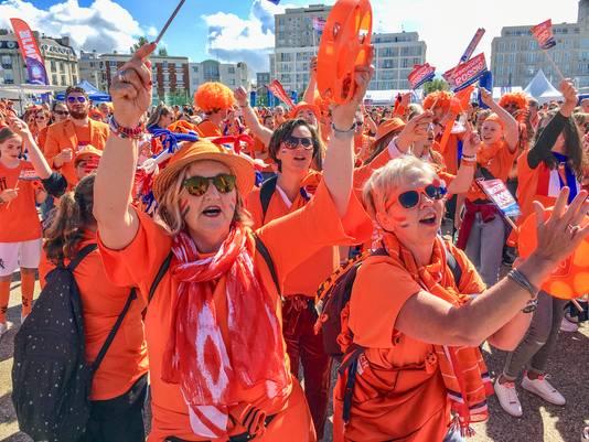 Oranjefans in Le Havre, waar de eerste wedstrijd van de Leeuwinnen werd gespeeld.