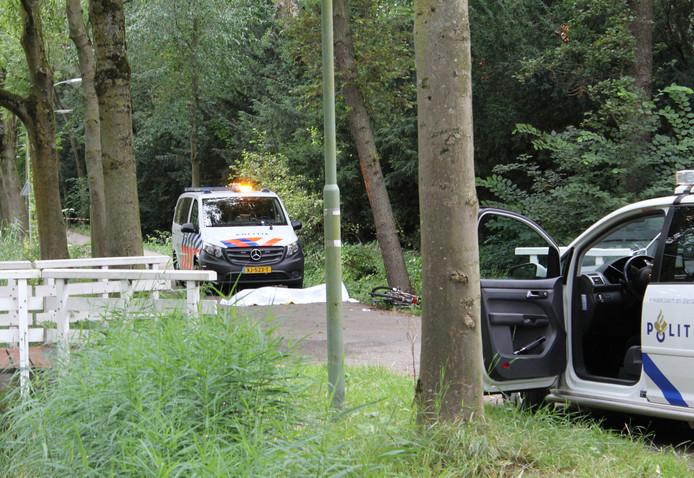 De politie heeft donderdagavond 18 juli een dode man uit de sloot gehaald aan de Achterweg in Dordrecht. De fiets van de man (naast de boom) is uitvoerig onderzocht.