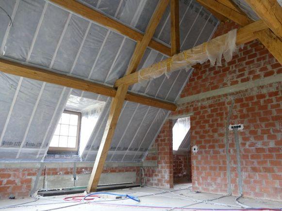 Een geïsoleerd hellend dak moet winddicht zijn aan de buitenzijde en lucht- én dampdicht aan de binnenzijde.