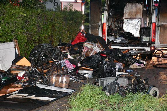 De inhoud van de bestelwagen werd volledig verwoest.