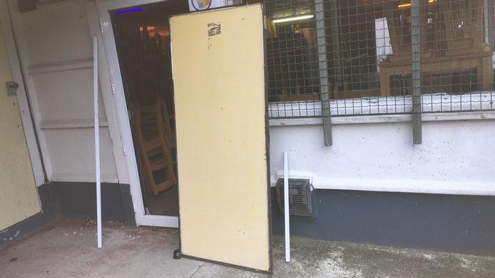 De dieven konden via deze deur binnengeraken in de kantine