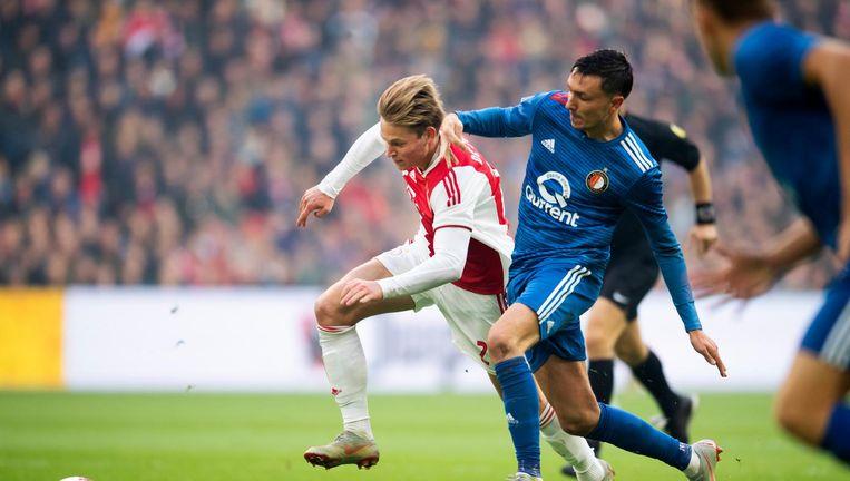 Frenkie de Jong in duel met Steven Berghuis. Beeld anp