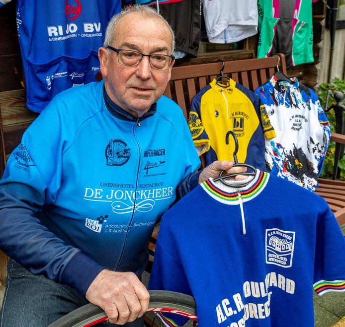 Piet Kil is al lid van Toerclub De Grensrijders sinds de oprichting 50 jaar geleden en koestert behalve veel anekdotes ook een grote collectie historische shirts van de jubilerende vereniging uit Ossendrecht.