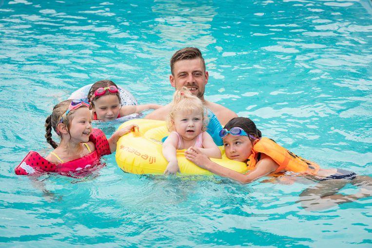 Verschillende zwemhulpmiddelen worden grondig getest.