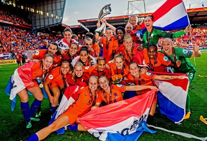 Groepsfoto van de oranje leeuwinnen met de trofee als Europees kampioen.