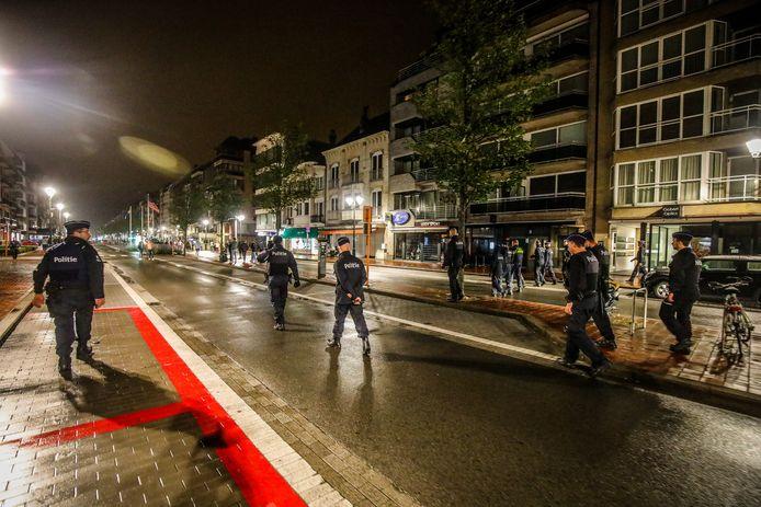 Een politie-overmacht was aanwezig om de vooral uit Nederland afkomstige jongeren na het sluitingsuur weg te krijgen van het Alfred Verweeplein in Knokke.
