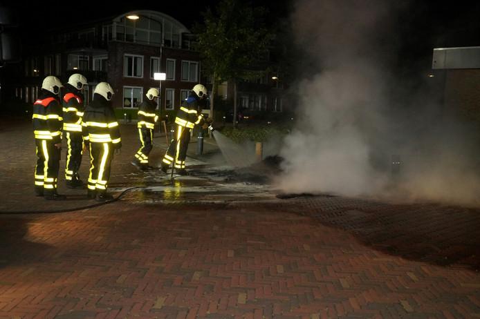 De brandweer kon het vuur blussen met water en schuim.