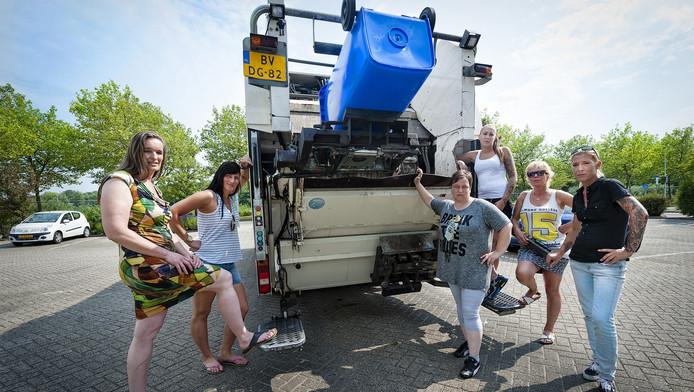 De vuilnisvrouwen Miranda van Leeuwen, Carole Broijl, Patricia Sneller, Amanda Scheffers, Margreet Gerritsen en Denise Bras zijn allemaal blij achter 'de wagen'.