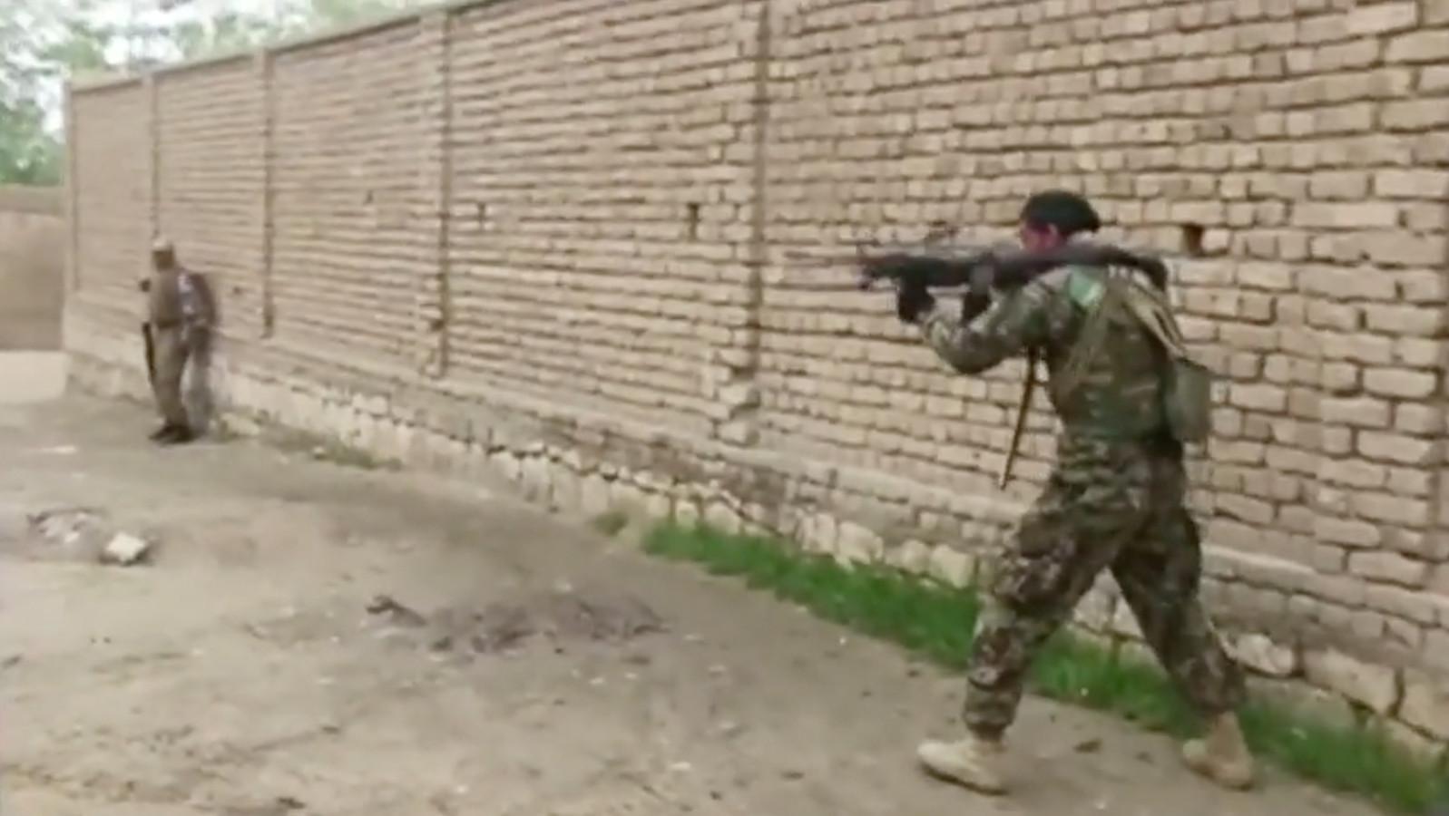 Het Afghaanse leger bestookt de Talibanstrijders in Kunduz vanaf de grond en vanuit de lucht.