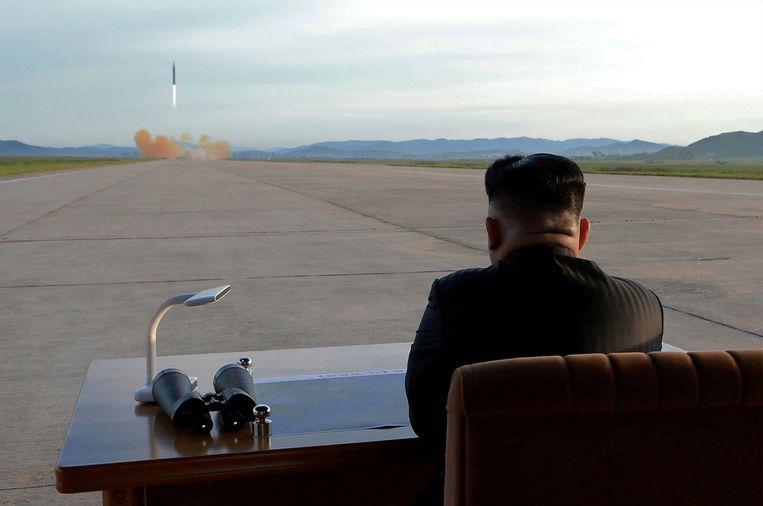 De Noord-Koreaanse leider Kim Jong-un woont de lancering van een kernraket bij.