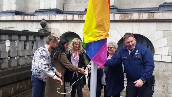 Aan het stadhuis wappert al sinds afgelopen vrijdag een regenboogvlag.