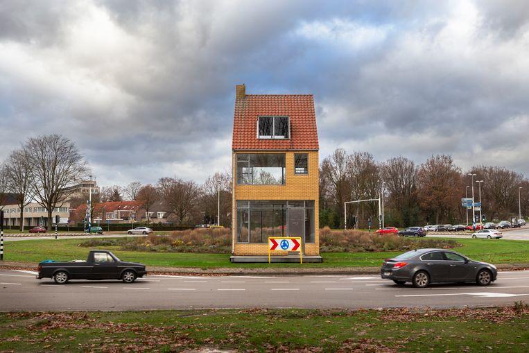 In 2008 werd het kunstwerk van Körmeling nog feestelijk onthuld: een vrijstaand rijtjeshuis in gele baksteen, puntdak erop, niet bewoond, wel 's avonds verlicht, rijdt in twintig uur over twee rails de rotonde rond. Nu is er kritiek op de hoge onderhoudskosten. Beeld Pauline Niks