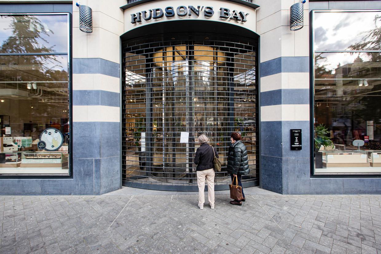 Donderdag was het Hudson's Bay-filiaal aan het Rokin gesloten. Wegens een technische fout, zo staat op briefjes op alle deuren te lezen.  Beeld Maarten Brante