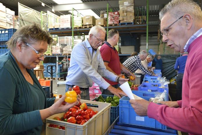Pakketten vullen in de voedselbank Gouda.