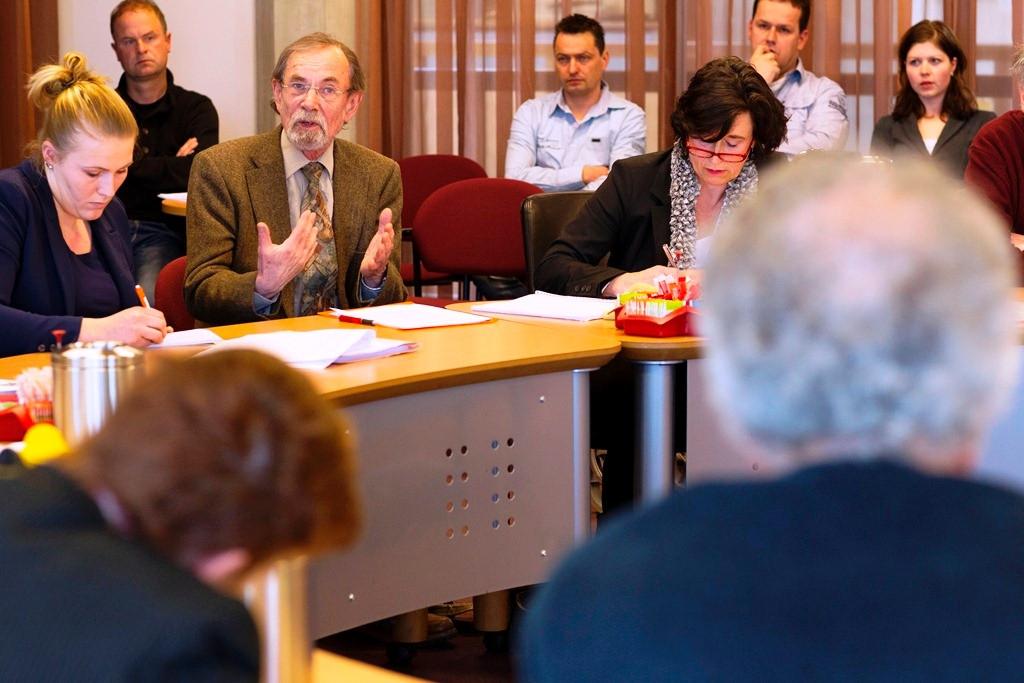 Oud-wethouder Jan Klein vormde een opvallende verschijning bij de bezwaaradviescommissie. Met zijn toenmalige collega-wethouders Veldhoen en Maat springt hij voor PSV Noord Veluwe in de bres. foto Henri van der Beek