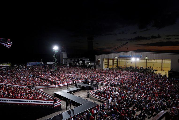 De campagnebijeenkomsten van Trump worden gehouden op vliegvelden die groot genoeg zijn om de presidentiële 747 te ontvangen, maar klein genoeg voor een compacte concertsfeer, zoals hier op Cecil Airport in Jacksonville, Florida. Beeld REUTERS