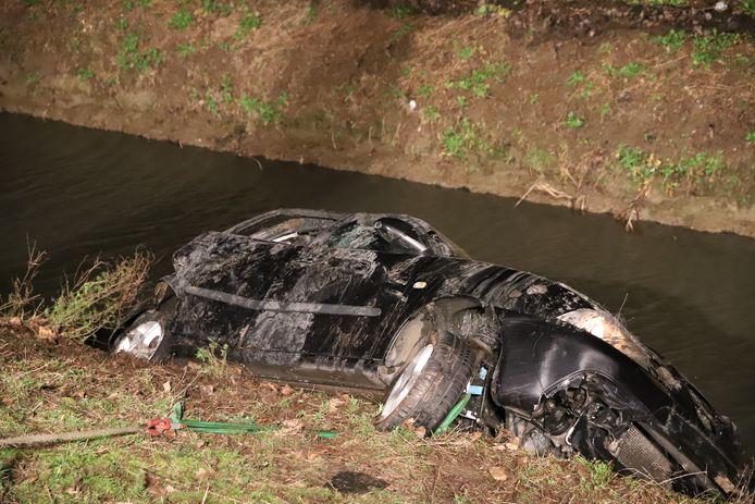 De auto van het slachtoffer kwam in de sloot tot stilstand.