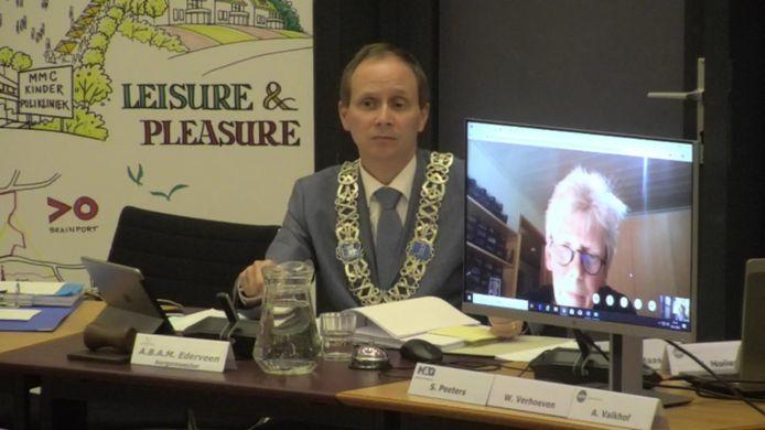 Ook de gemeenteraad van Valkenswaard vergadert tijdens de coronacrisis op afstand. Aan het woord is Susanne Peeters van H&G, Burgemeester Anton Ederveen probeert de vergadering in goede banen te leiden.