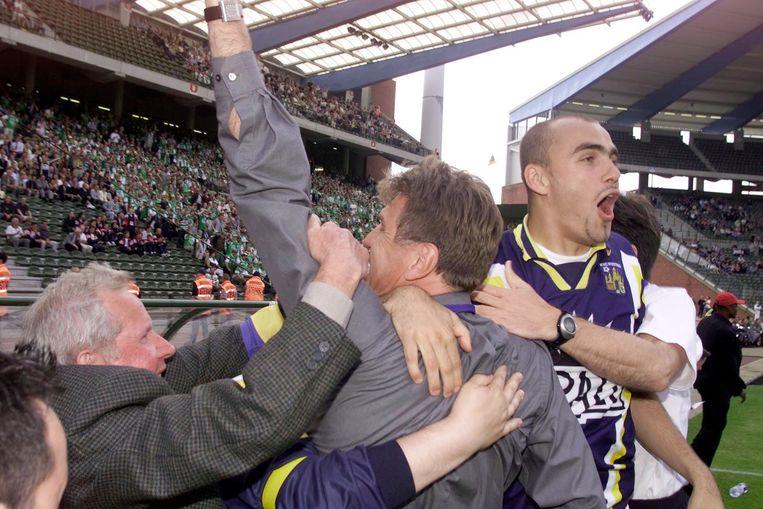 Jan Ceulemans en Vedran Pelic vieren feest na hun gewonnen bekerfinale in 2001.