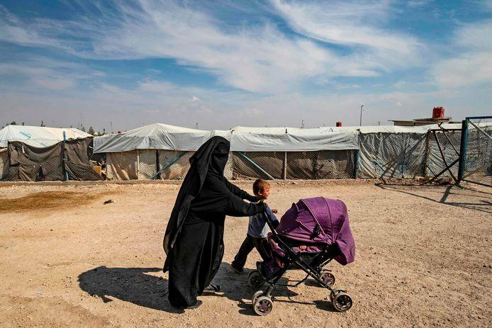 Een vrouw met kinderen in het  detentiekamp Al Hol in Noord-Syrië.