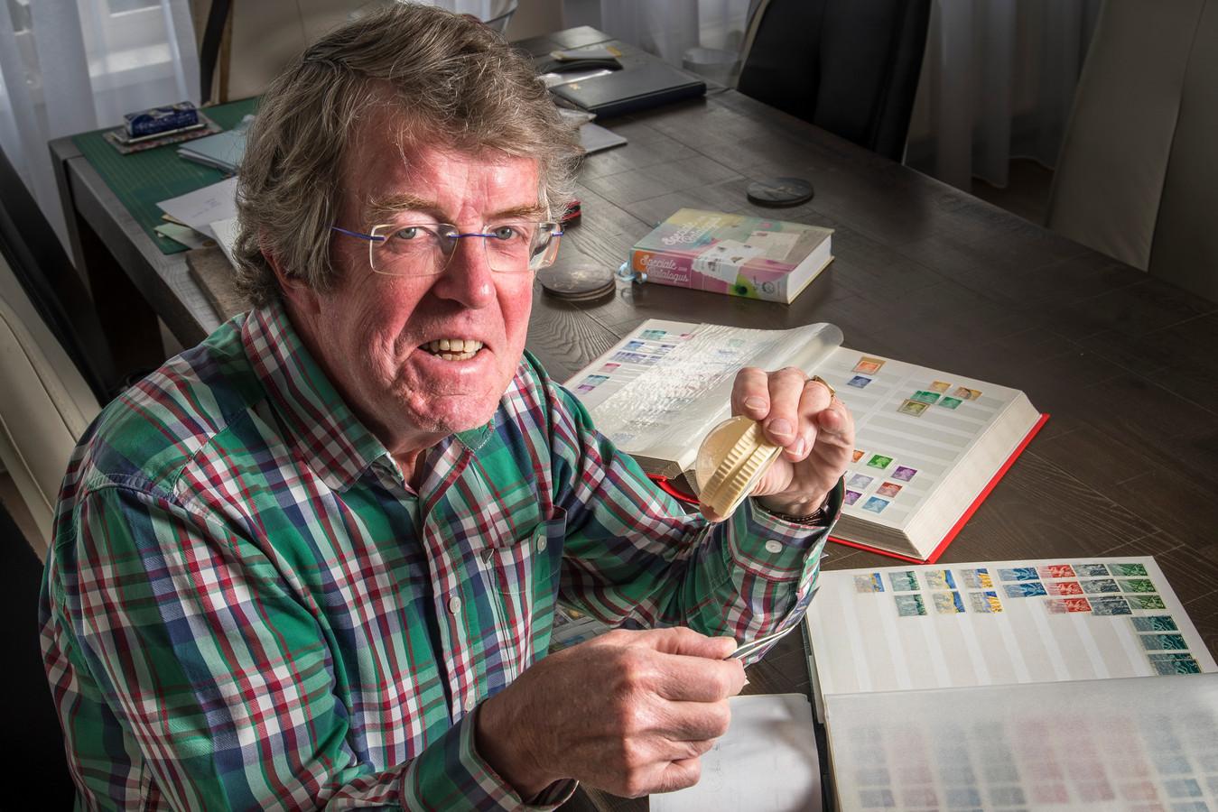 Jan van der Vaart, bestuurslid  bij Postzegelclub Hengelo.