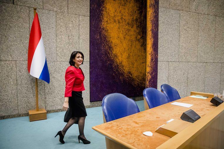 Kamervoorzitter Arib loopt langs de Nederlandse vlag die sinds vandaag in de plenaire zaal van de Kamer staat. Beeld anp