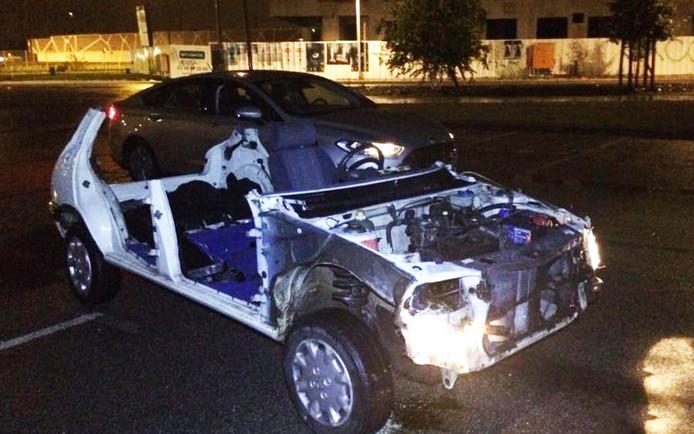 De Peugeot had geen dak, ramen, deuren of motorkap en slechts één stoel. Daarop bleek de 16-jarige bestuurder te zitten, die geen veiligheidsgordel aan had.