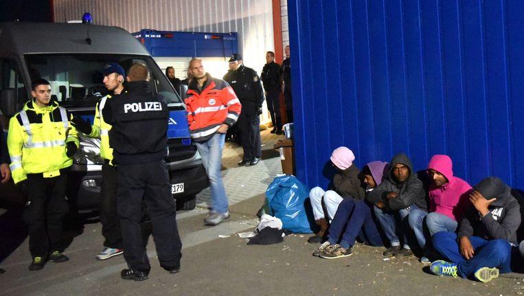 Duitse politie-agenten hebben de rust teruggebracht in een opvangcentrum voor vluchtelingen, nadat zij met elkaar op de vuist gingen. Beeld anp