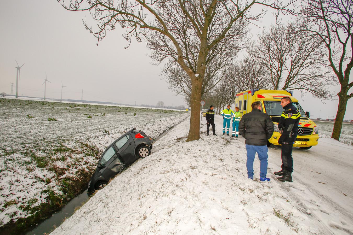 Auto te water aan de Rijksstraatweg in Dordrecht.