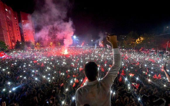 Ekrem Imamoglu, de kandidaat van de seculiere oppositie, viert de verkiezingsoverwinning met zijn aanhangers.