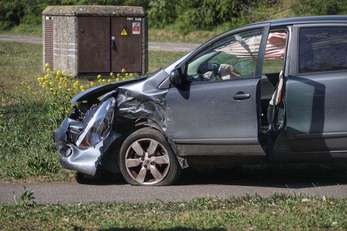 Frontale botsing tussen twee auto's.