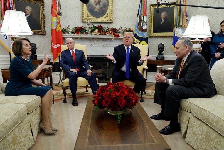 Nancy Pelosi, Mike Pence, Donald Trump en Chuck Schumer in het Oval Office in het Witte Huis. Archieffoto.