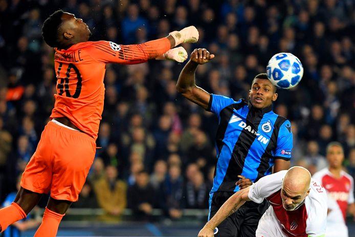 Loïc Badiashile slaat de bal weg tijdens de Champions League-match tegen Club Brugge.
