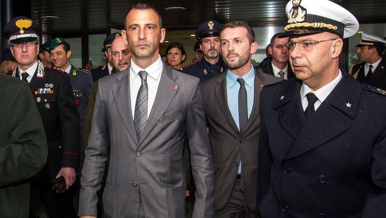 De twee Italiaanse militairen (in pak) die vorig jaar twee Indiase vissers dood schoten Beeld ap