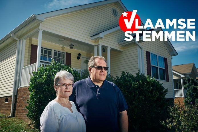 """Lianne Meilhac (55) en haar Belgische man Thierry Wernaers (50). """"Mensen gaan hier alleen stemmen als ze boos zijn. En veel mensen zíjn nu boos op Trump."""""""