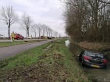 Auto belandt in sloot na ongeval op N813 bij Wehl, twee bestuurders naar ziekenhuis